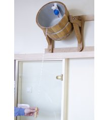 Versare sopra la vasca con una fodera di plastica