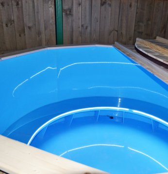 Plastic hot tub with sp..